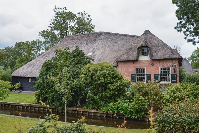 Domów stojaki między kanałami w Holenderskiej wiosce Giethoorn, holandie obraz stock