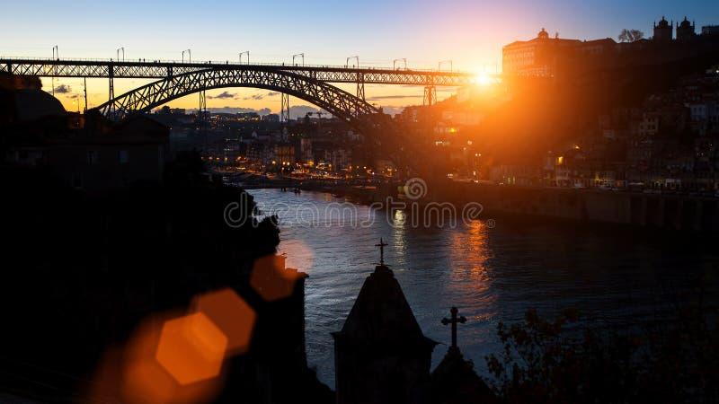 Dom在惊人的日落期间,我跨接在杜罗河河的雷斯剪影  图库摄影