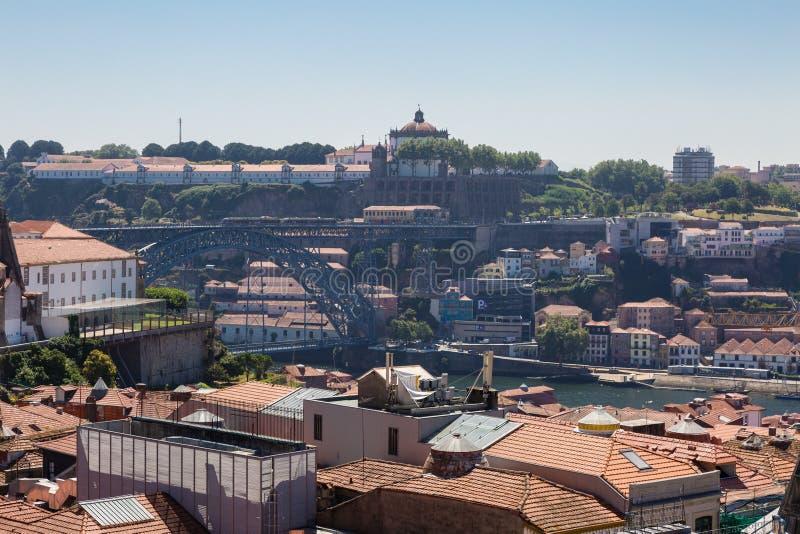Dom我跨接在杜罗河河和Oporto& x27的雷斯鸟瞰图; s H 免版税图库摄影