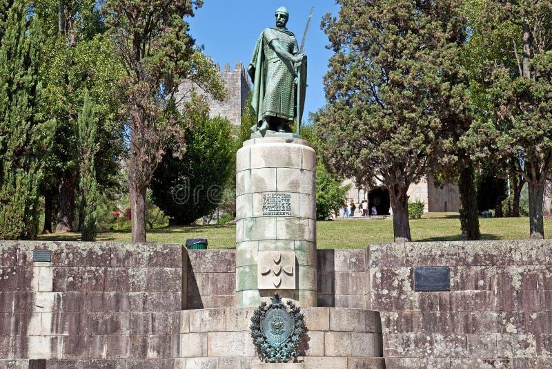 Dom由神圣的小山的Afonso Henriques国王雕象在市吉马朗伊什 免版税库存照片