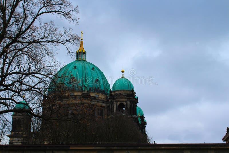 DOM του Βερολίνου σε μια νεφελώδη ημέρα στοκ φωτογραφία με δικαίωμα ελεύθερης χρήσης