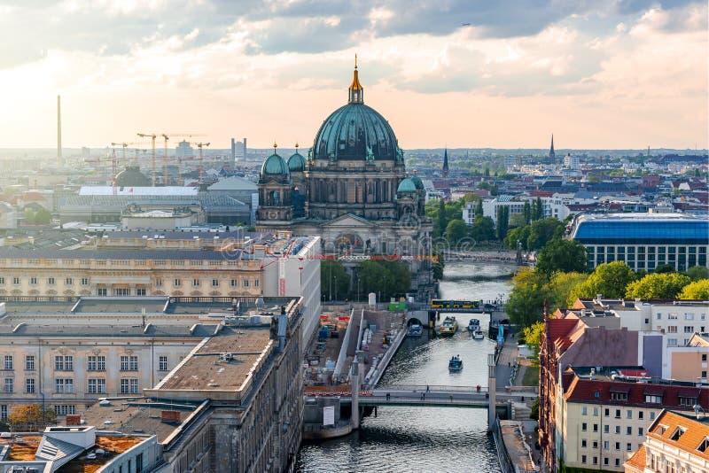 Dom берлинца собора Берлина на острове музея и реке на заходе солнца, Германии оживления стоковое изображение
