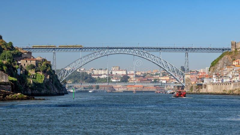 Dom Луис 1 мост, Dom Луис Ponte de i, как осмотрено от реки, Порту, Португалия стоковые фотографии rf