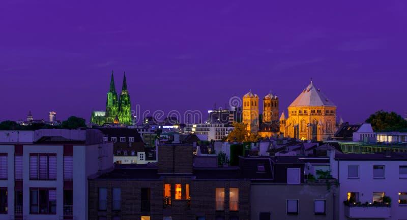 Dom av eau-de-cologne och den stora kyrkan på natten arkivbild