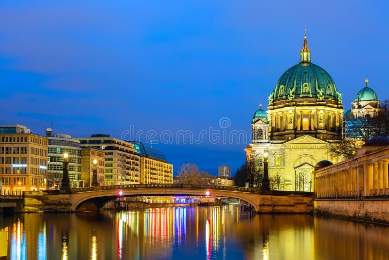 Dom berlineses de la catedral de Berlín en la puesta del sol crepuscular de igualación con el río y reflexiones de la diversión B foto de archivo