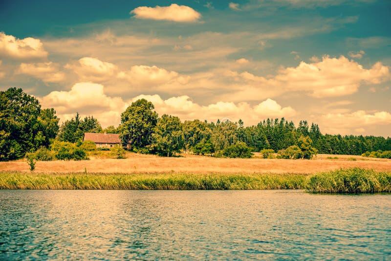 Dom brzeg rzeki zdjęcia stock