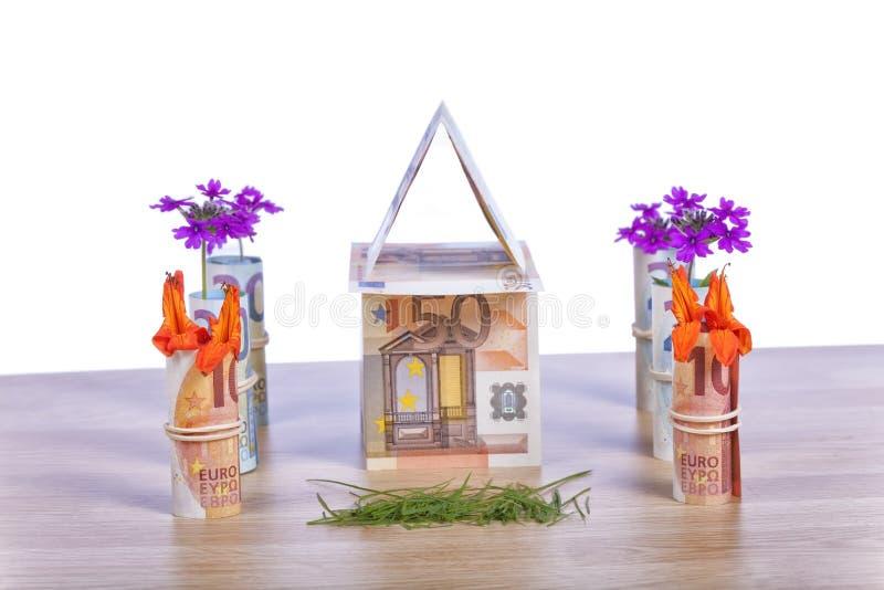 Dom budujący z euro rachunkami i swój ogródem fotografia royalty free