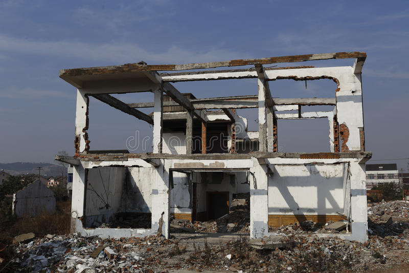 Dom był wyburzającym strukturą tylko nowy dom buduje znowu fotografia stock