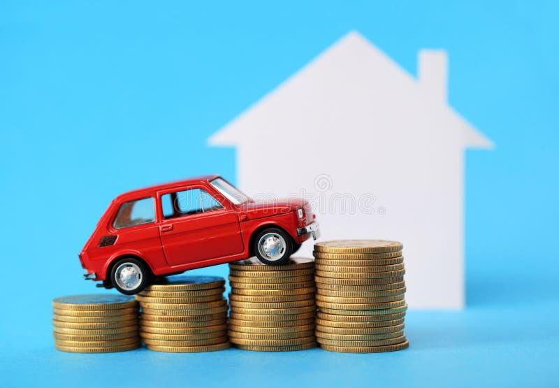 Dom, czerwień miniaturowy samochód i pieniądze, fotografia stock