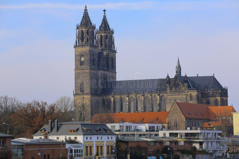 Dom de Magdeburger (catedral de Magdeburgo) vistos del puente sobre el río Elba fotografía de archivo