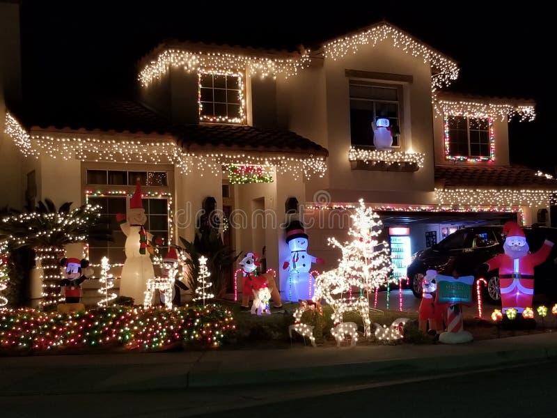 Dom Dekorujący z bożonarodzeniowymi światłami w Rancho Cucamonga Kalifornia obrazy royalty free