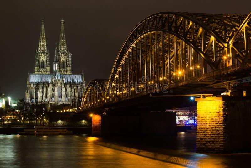 Dom del cologne y del puente hohenzollern en la noche fotografía de archivo