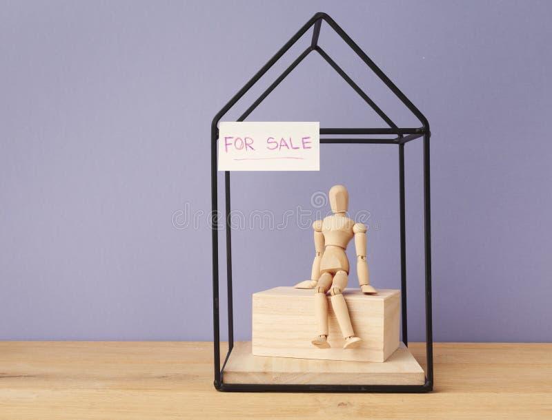 Dom dla sprzedaży od właściciela na purpurowym tle zdjęcia royalty free