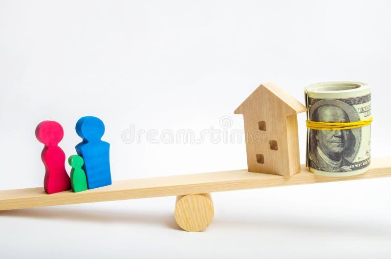 Dom, dolary i rodzina na, ważymy Równowaga kupienie, sprzedawanie, wynajmowanie i mieszkanie, dom kredyt hipoteka proroctwo Ja fotografia royalty free