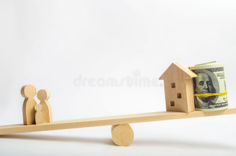 Dom, dolary i rodzina na, ważymy Równowaga kupienie, sprzedawanie, wynajmowanie i mieszkanie, dom kredyt hipoteka proroctwo Ja obraz stock