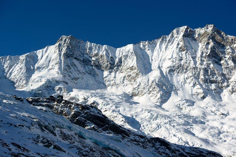 Dom en Taeschorn bergpieken stock fotografie