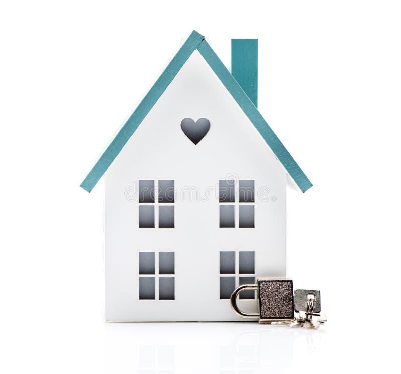Dom i klucze na białym tle zdjęcia stock