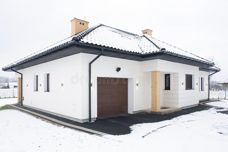 Dom jednorodzinny przy zimą obrazy royalty free