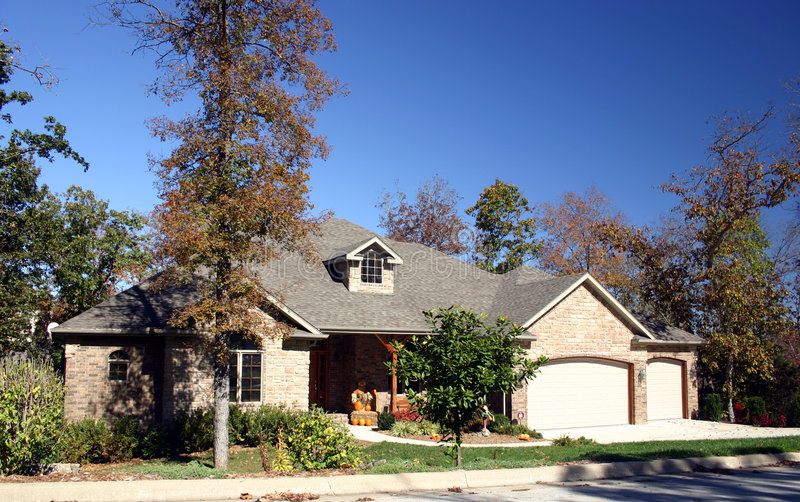 Download Dom jesienią zdjęcie stock. Obraz złożonej z cegły, liść - 34138