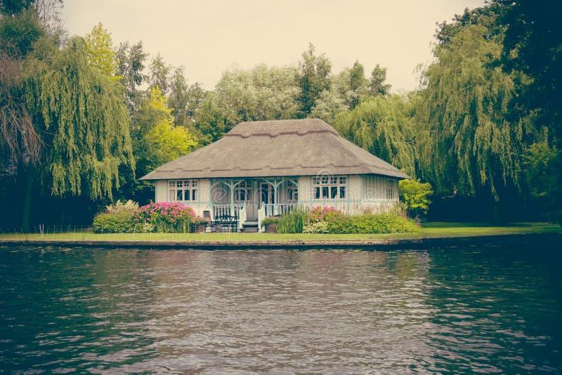 Dom jeziorem obrazy royalty free