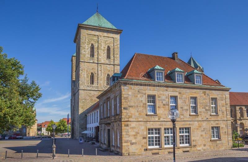 Dom kerk op a cobblestoned straat in Osnabrück royalty-vrije stock afbeeldingen