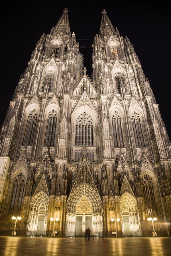 Dom in Keulen bij nachtverlichting royalty-vrije stock foto