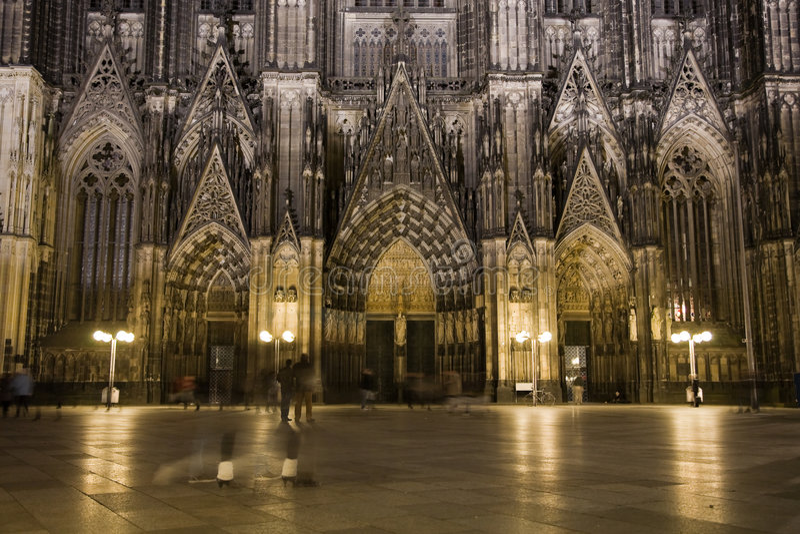 Dom in Keulen bij nachtverlichting stock foto