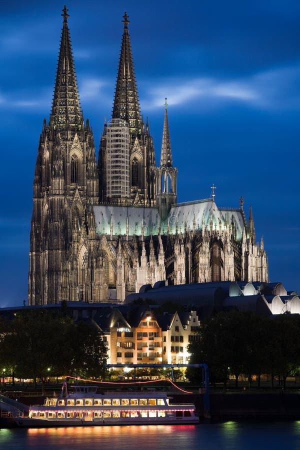Dom in Keulen bij zonsondergang stock foto's