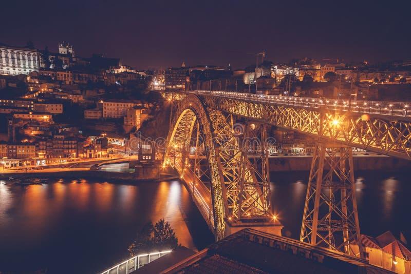 Dom Luis Brug die bij nacht wordt verlicht Porto, Portugal de westelijke EU stock foto's