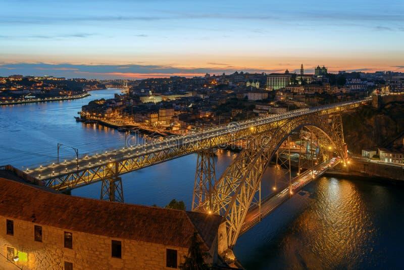 Dom Luis I Brug in Porto op zonsondergangachtergrond stock foto's