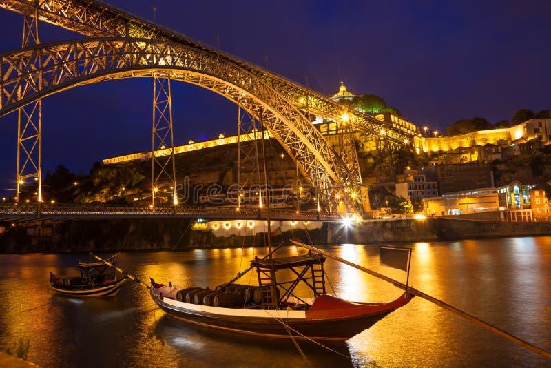 Dom Luis som jag överbryggar över den Douro floden på natten arkivbilder