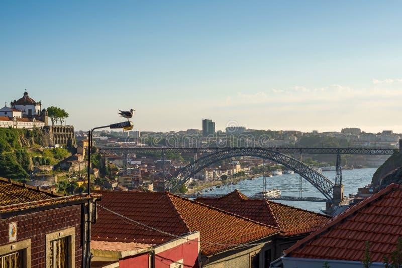 Dom Luiz przerzucam most nad Douro rzeką w Porto Portugalia obraz royalty free