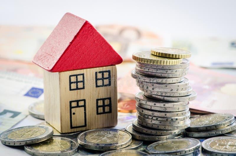 Download Dom, monety i banknoty, zdjęcie stock. Obraz złożonej z gospodarka - 57652254
