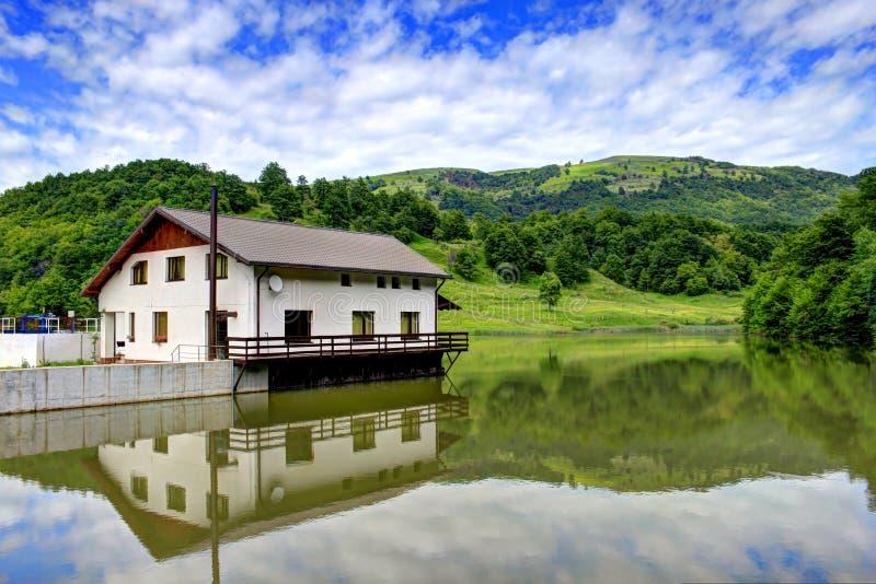 Download Dom na jeziorze zdjęcie stock. Obraz złożonej z spok - 32976748