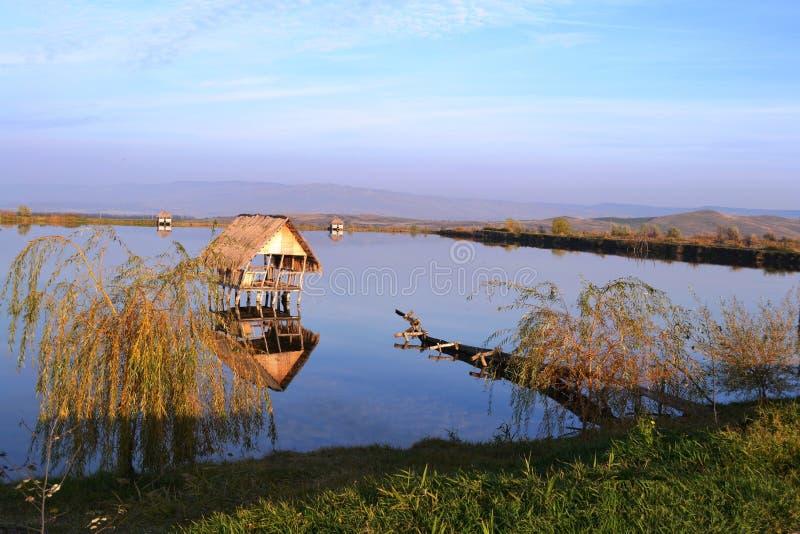 Dom na jeziorze obrazy royalty free