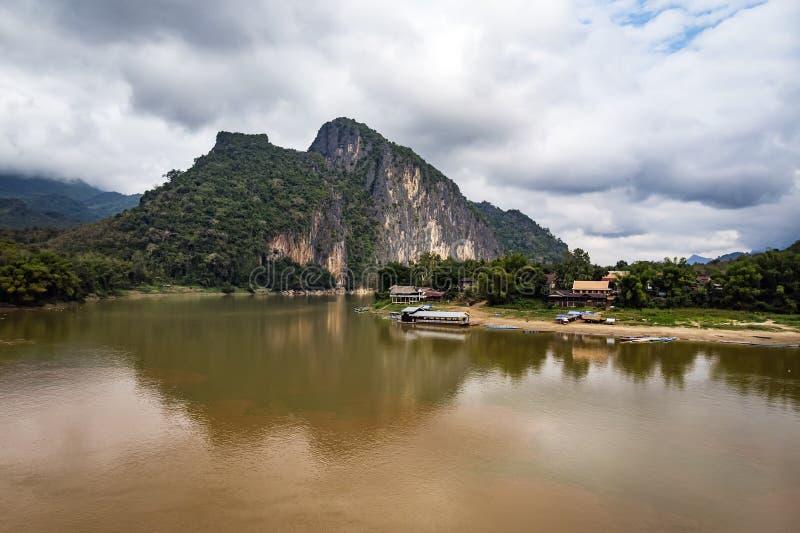 dom na jeziorze, cyfrowy fotografia obrazek jako t?o Mekong brzeg rzeki w Laos pi?kna sceneria obraz royalty free