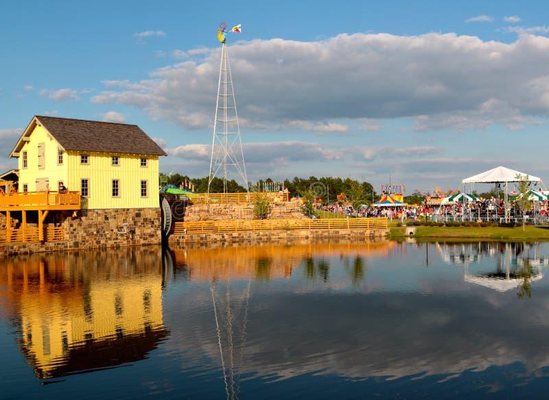 Dom Na jeziorze przy odkrycie parkiem Ameryka zdjęcie royalty free