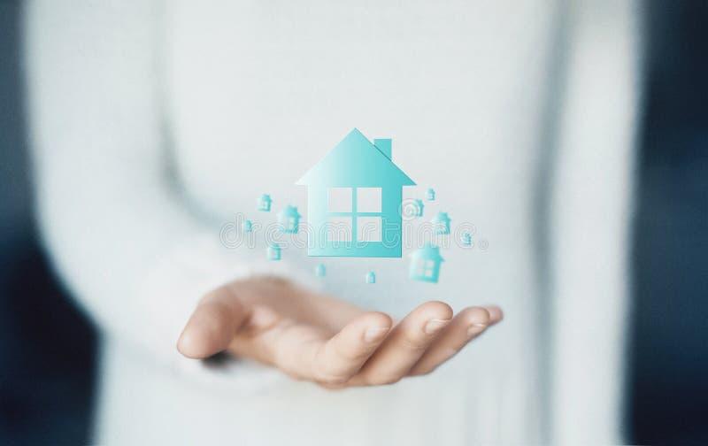 Dom na ręce, kupuje nowego dom, czynsz lub pożyczkę, zdjęcie stock