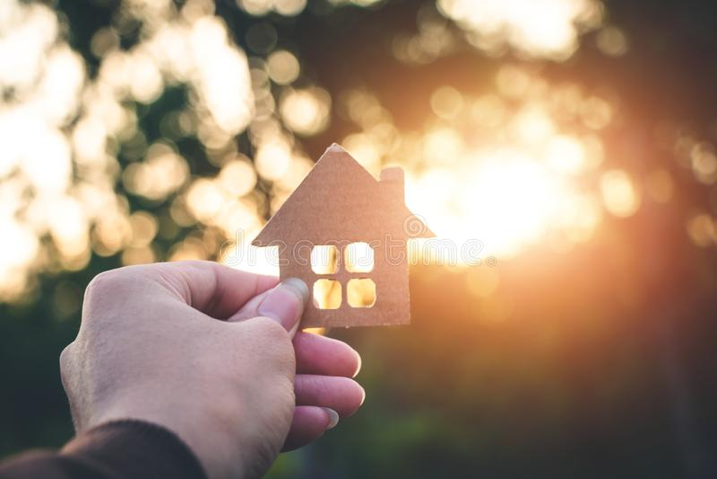 Dom na ręce w naturze, inwestycja w nieruchomości f obraz stock