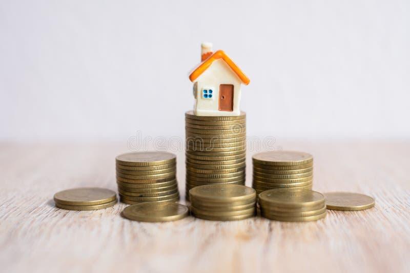 Dom na stosie monet nieposortowanych Uruchamianie w firmie hipoteka i inwestycje w nieruchomości Zaczyna oszczędzać pieniądze dla zdjęcie royalty free