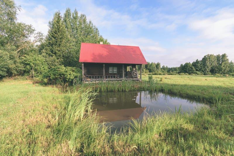 dom na wsi w ogródzie - rocznika filmu spojrzenie obraz royalty free