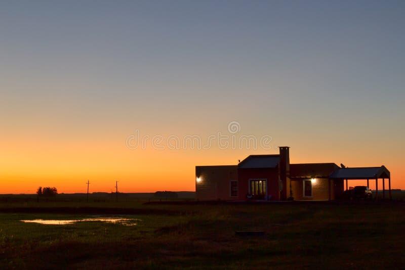 Dom na wsi w polu obraz royalty free