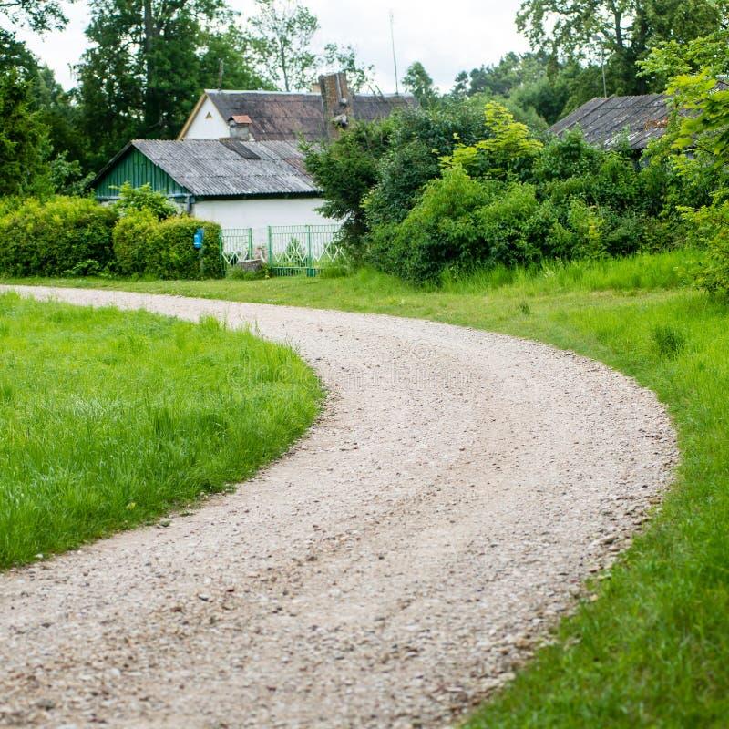 Dom na wsi z dąb pustą drogą obrazy royalty free