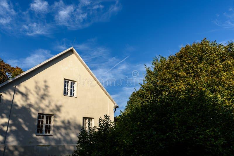 Dom na wsi z dębowymi drzewami obrazy stock