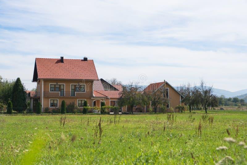 Dom na wsi na zieleni polu w wiejskim Croatia obraz royalty free