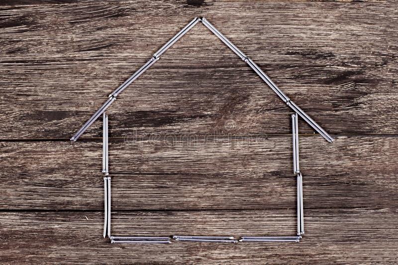 Dom od gwoździ na drewnianym tle zdjęcie stock