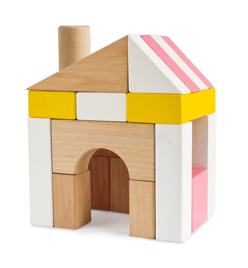 Dom od zabawkarskich elementów odizolowywających na bielu fotografia royalty free