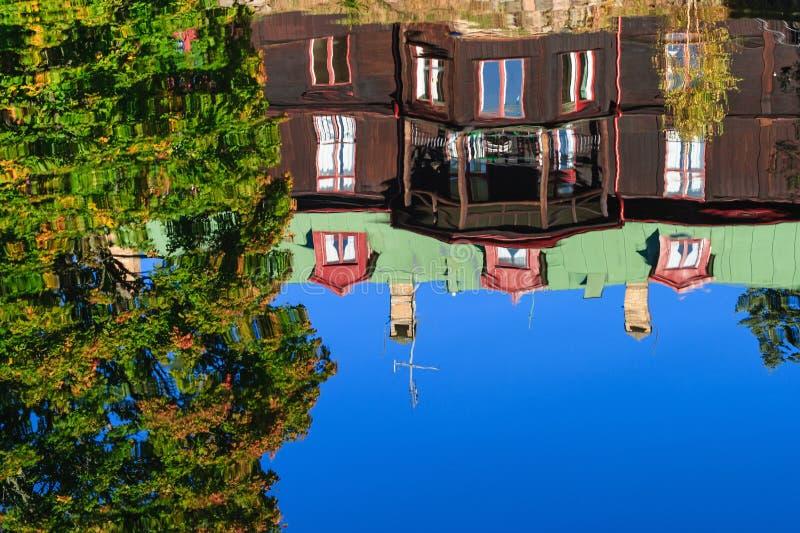 Dom odbijający w jeziorze fotografia royalty free