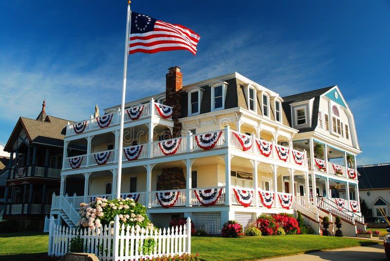 Dom Patriotically Dekorował w oceanu gaju na Nowym - dżersejowy brzeg fotografia royalty free