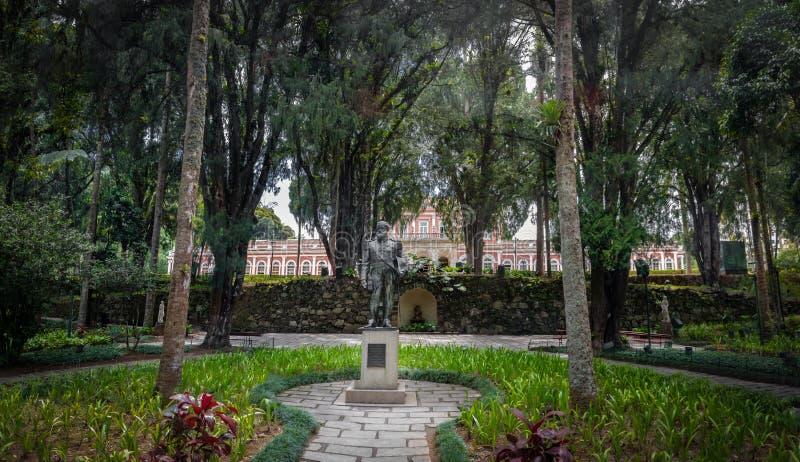Dom Pedro II standbeeld bij Keizer vroeger de Zomerpaleis van de Museumbinnenplaats van Braziliaanse Monarchie - Petropolis, Rio  stock foto's